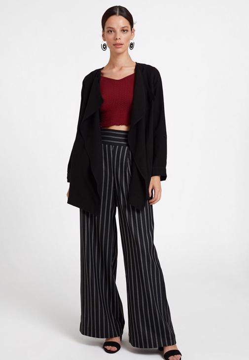Cepli Siyah Ceket  ve Çizgili Bol Pantolon Kombini