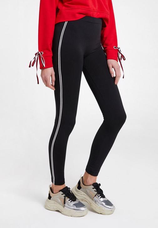 Siyah Şeritli Tayt ve Kırmızı Sweatshirt Kombini