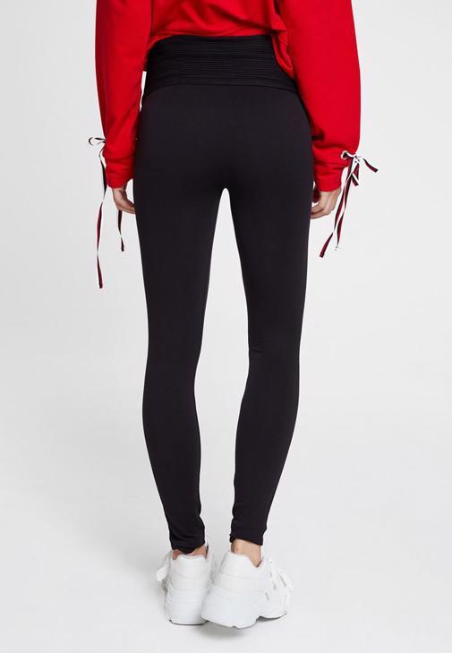 Siyah Tayt ve Kırmızı Sweatshirt Kombini