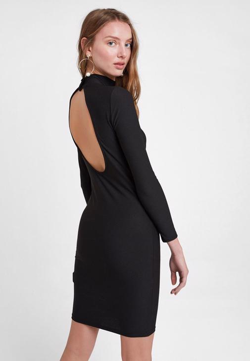 Suni Kürk Kaban ve Siyah Elbise Kombini