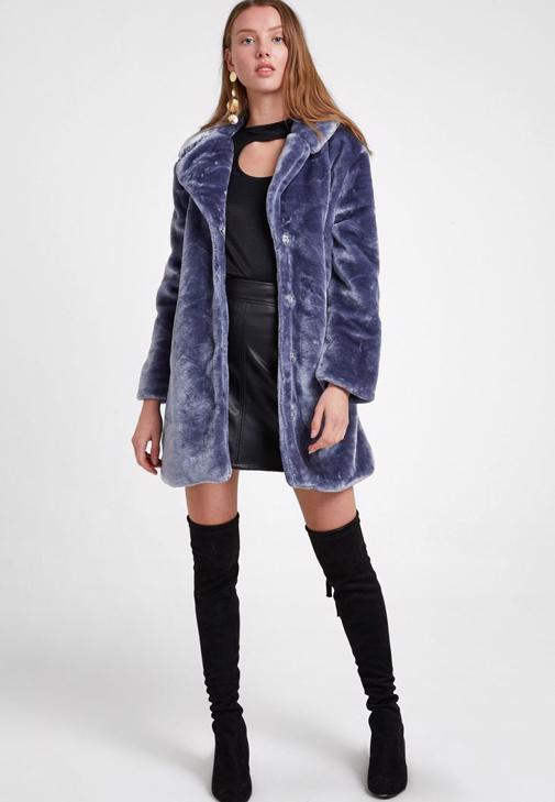 Mavi Kürk Ceket ve Siyah Etek Kombini