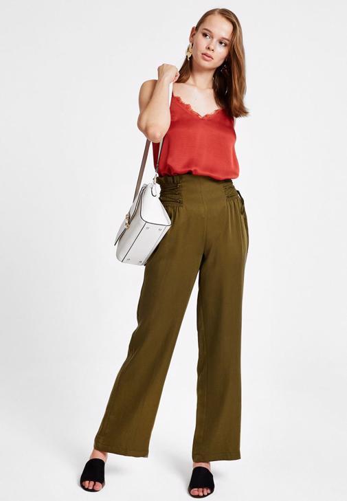 Yeşil Pantolon ve Askılı Bluz Kombini