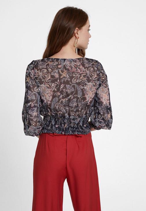 Lastik Detaylı Bluz ve Düğme Detaylı Pantolon Kombini