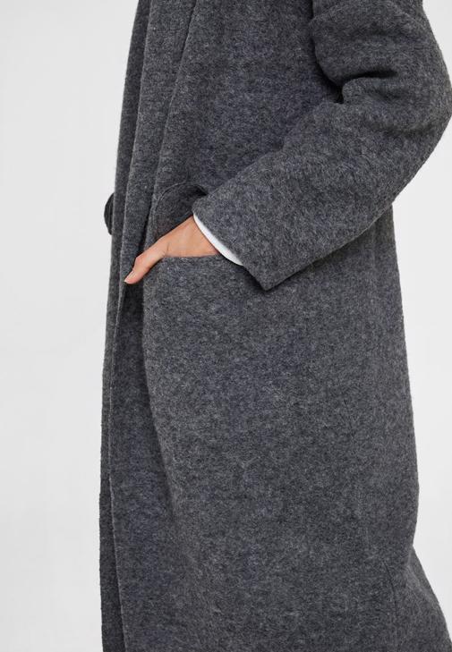 Gri Yün Kaban ve Siyah Pantolon Kombini