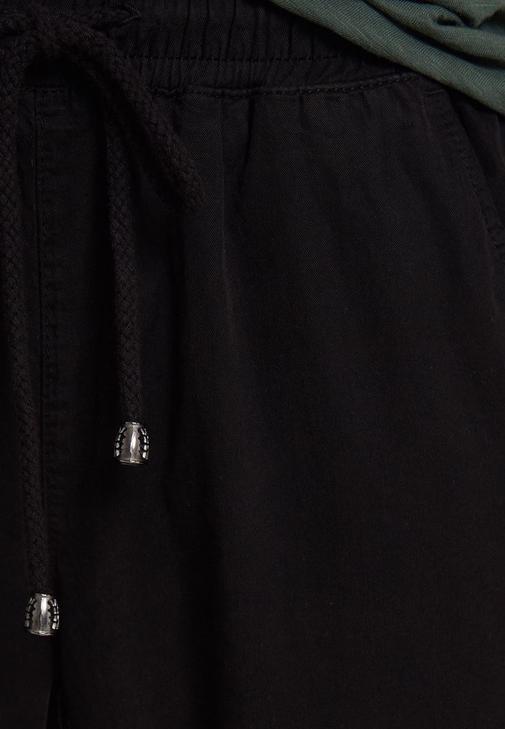 Bağcıklı Jogger Pantolon ve Kısa Kollu Tişört Kombini
