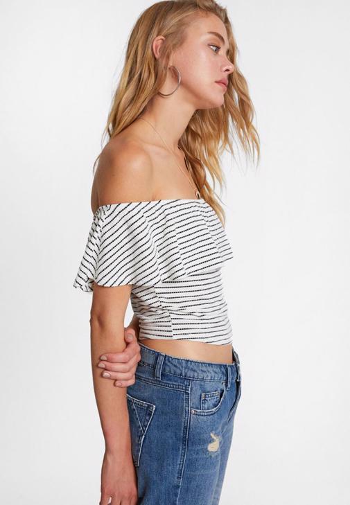 Düşük Omuzlu Bluz ve Girlfriend Denim Pantolon Kombini