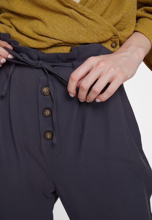 Düğme Detaylı Bluz ve Beli Bağlamalı Pantolon Kombini