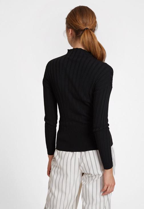 Siyah Uzun Kollu Triko ve Çizgili Pantolon Kombini