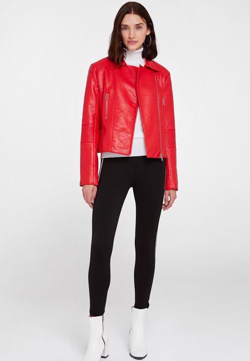 Kırmızı Deri Ceket ve Tayt Kombini