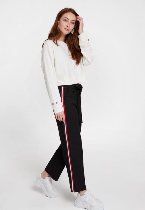 Cep Detaylı Pantolon ve Baskılı Sweatshirt Kombini