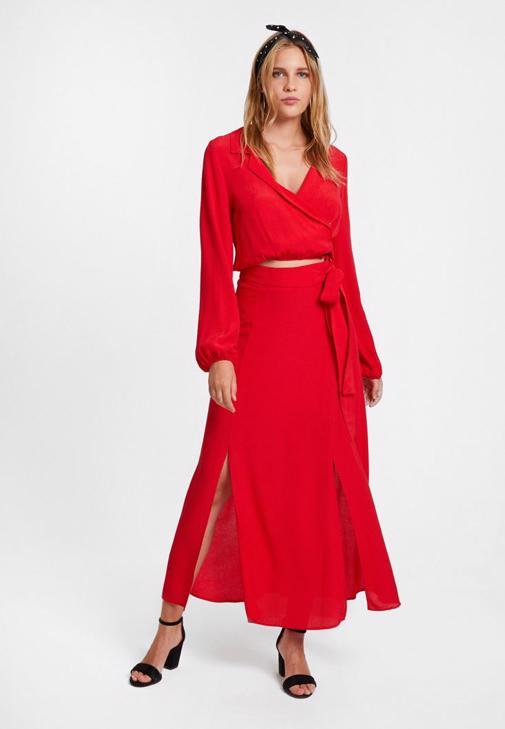 Kırmızı Bluz ve Yırtmaçlı Etek Kombini