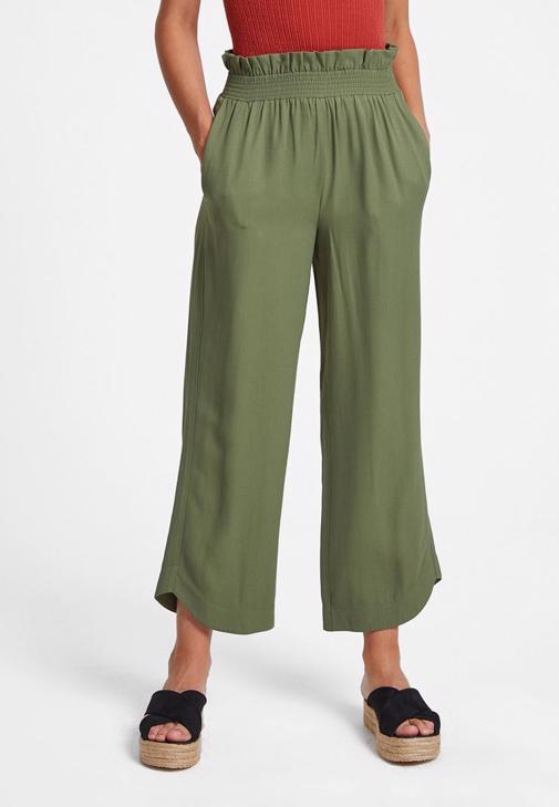 Sarı Bluz ve Yeşil Pantolon Kombini
