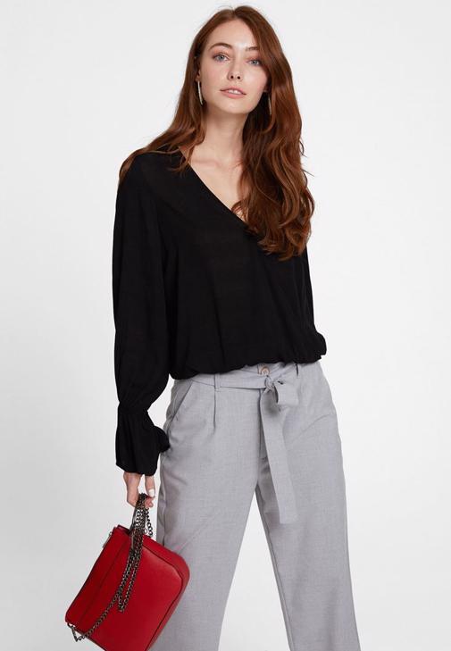 Siyah Kruvaze Bluz ve Bol Pantolon Kombini