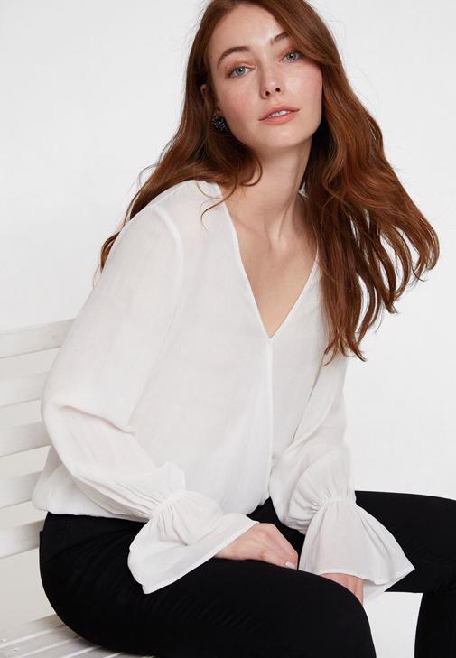 Volan Detaylı Kruvaze Bluz ve Dar Paça Pantolon Kombini