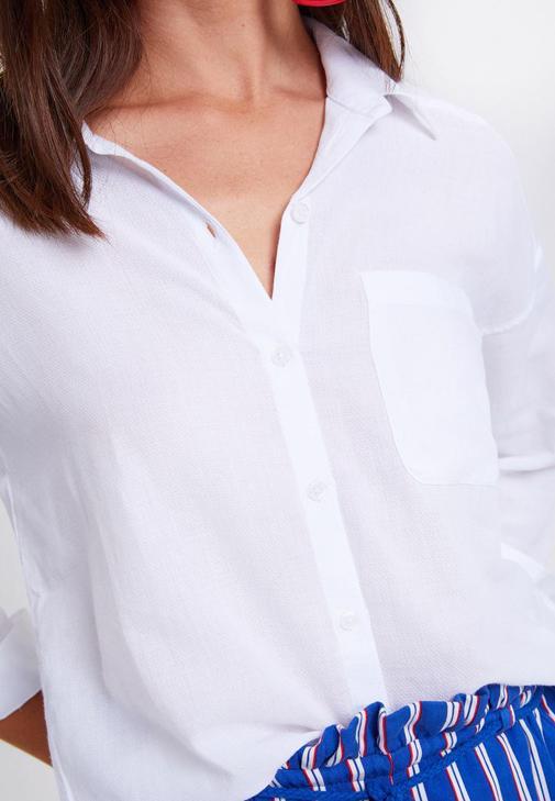 Beyaz Gömlek ve Çizgili Şort Kombini