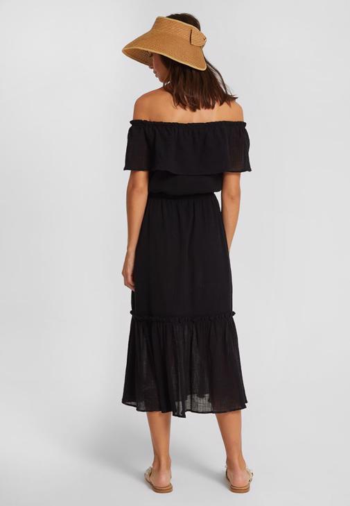 Siyah Düşük Omuzlu Elbise ve İnci Detaylı Terlik Kombini