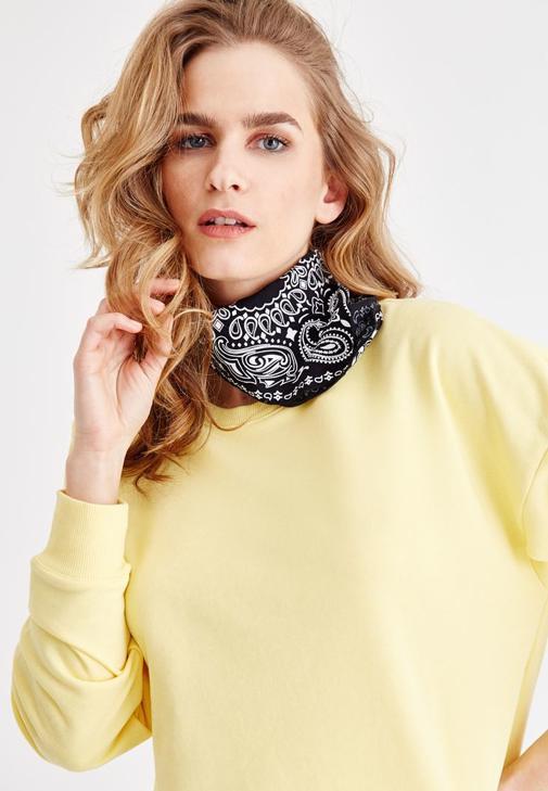 Sarı Sweatshirt ve Beyaz Jean Kombini