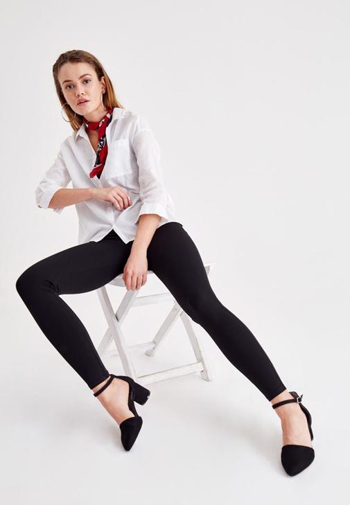 Siyah Büzgü Detaylı Bluz ve İspanyol Paça Pantolon Kombini