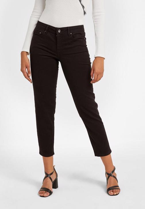 Siyah Pantolon ve Baskılı Tişört Kombini