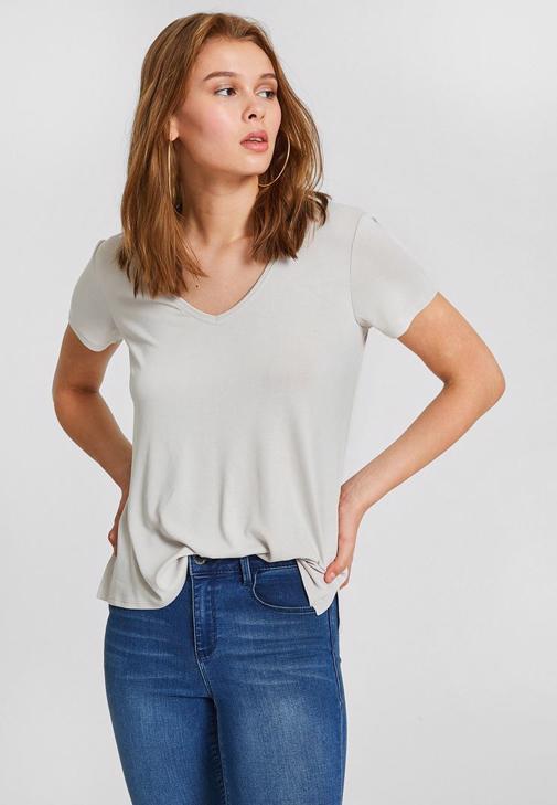 Gri Tişört ve Yırtmaç Detaylı Pantolon