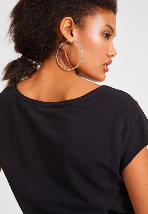 Siyah Tişört ve Mom Jean Kombini
