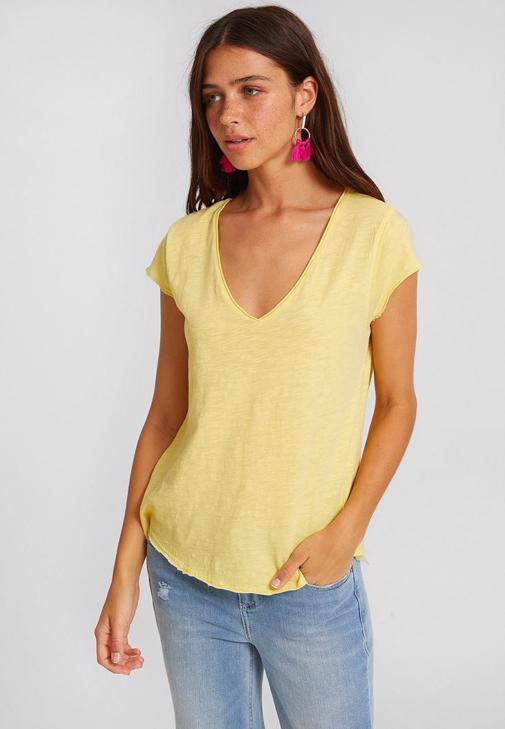 Sarı Kısa Kollu Tişört ve Orta Bel Pantolon Kombini