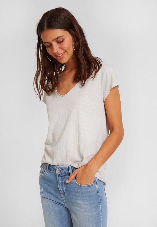 V Yaka Tişört ve Paça Detaylı Mavi Jean Kombini