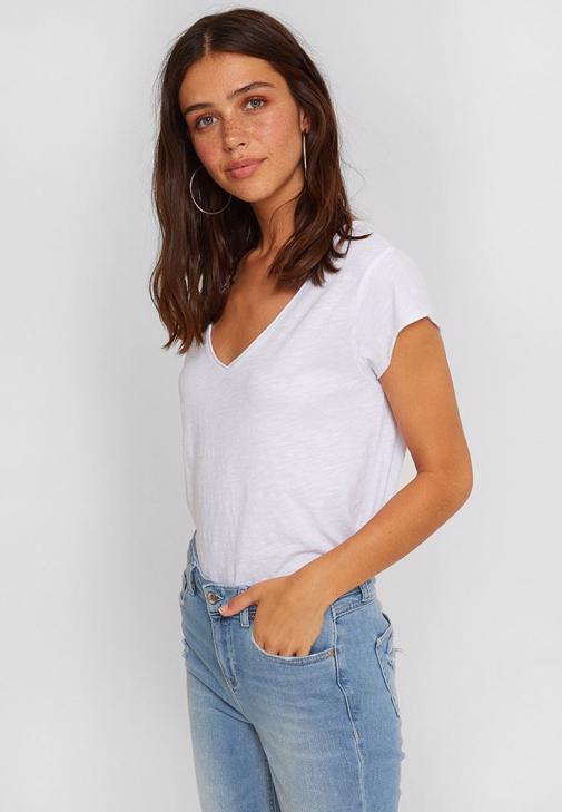 Çizgili Jogger ve Beyaz Tişört Kombini