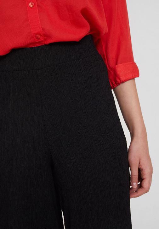Dokulu Bol Pantolon ve Cepli Kırmızı Gömlek Kombini