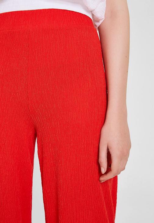 Yüksek Bel Bol Pantolon ve Nakış Detaylı Bluz Kombini