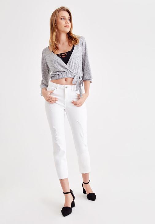 Gri Önü Kruvaze Beli Lastikli Bluz ve Beyaz Cigarette Pantolon Kombini