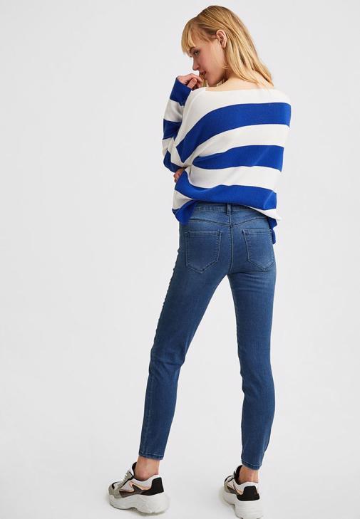 Yaka Detaylı Tişört ve Jean Kombini