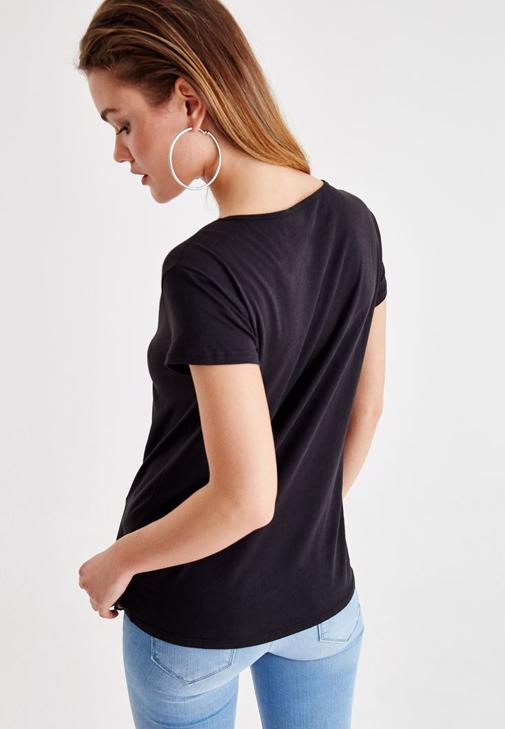 Siyah Detaylı Tişört ve Jean Kombini