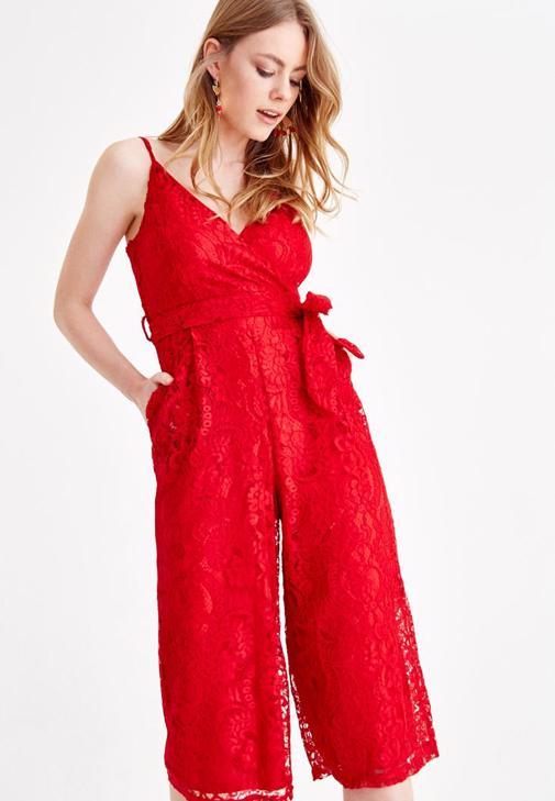 Kırmızı Dantel Tulum ve Portföy Çanta Kombini
