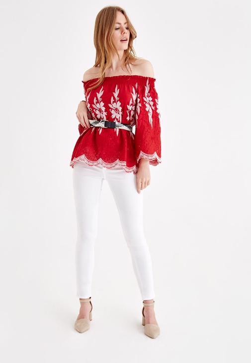 Nakışlı Bluz ve Yüksek Bel Beyaz Pantolon Kombini
