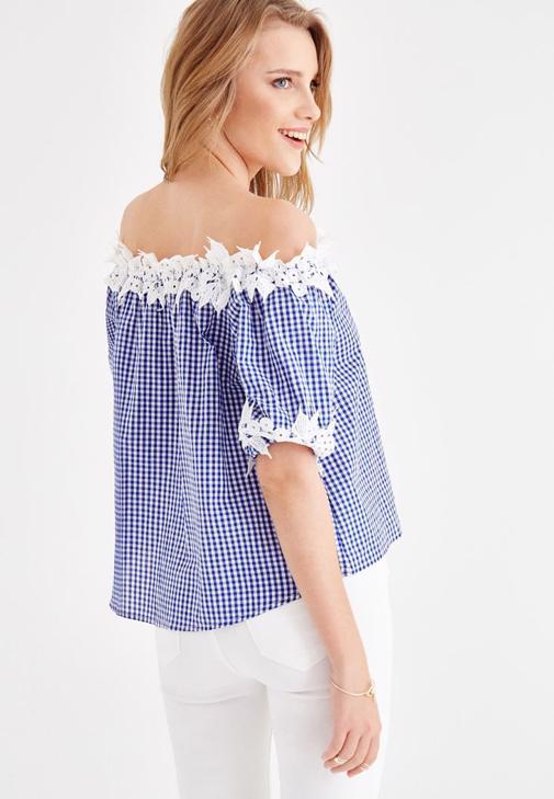 Mavi Pötikareli Bluz ve Beyaz Jean Kombini