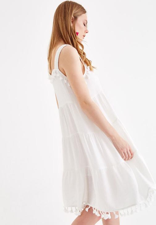 Püskül Detaylı Beyaz Elbise ve Şal Kombini