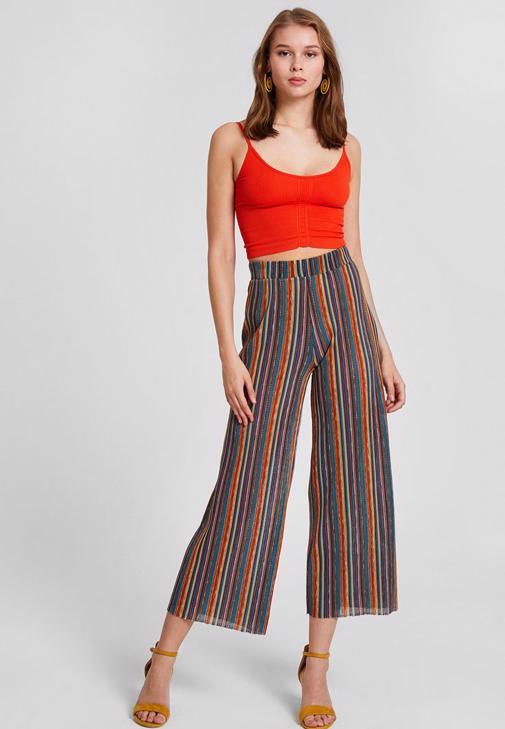 Kırmızı Bluz ve Çizgili Pantolon Kombini