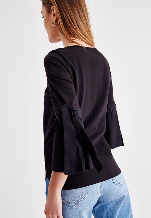 Siyah Kolları Bağlama Detaylı Bluz ve Jean Kombini