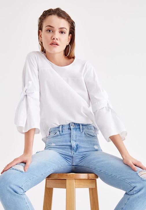 Beyaz Kolları Bağlama Detaylı Bluz ve Jean Kombini