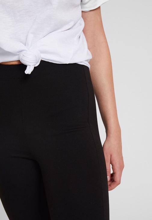 Siyah Tayt ve Beyaz Gömlek Kombini