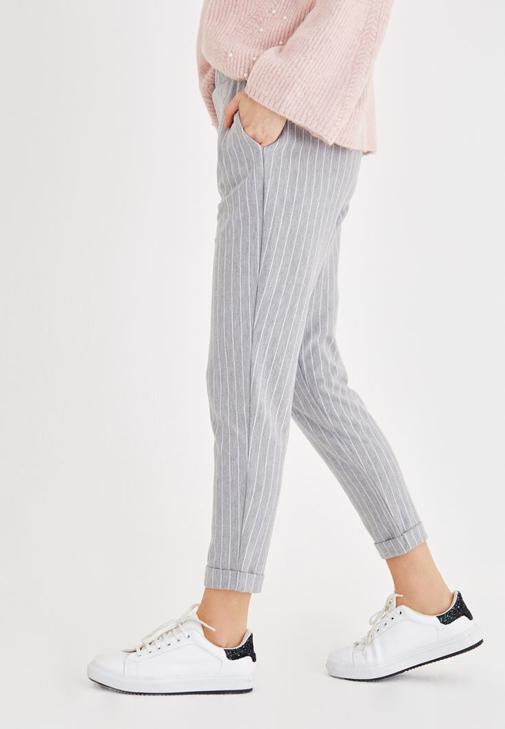 Pembe Triko ve Çizgili Pantolon Kombini