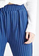 Çizgili Pantolon ve Deri Ceket Kombini