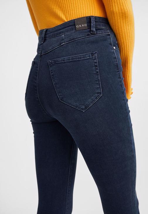 Yeşil Sırt Detaylı Bluz ve Orta Bel Jean Pantolon Kombini