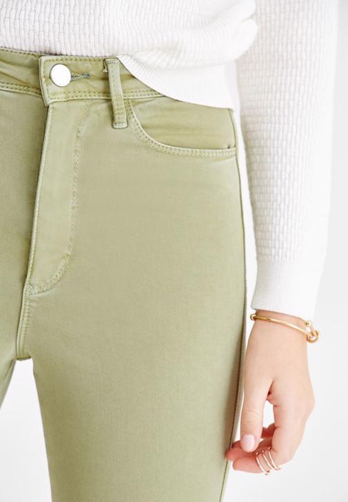 Beyaz Triko ve Yeşil Pantolon Kombini