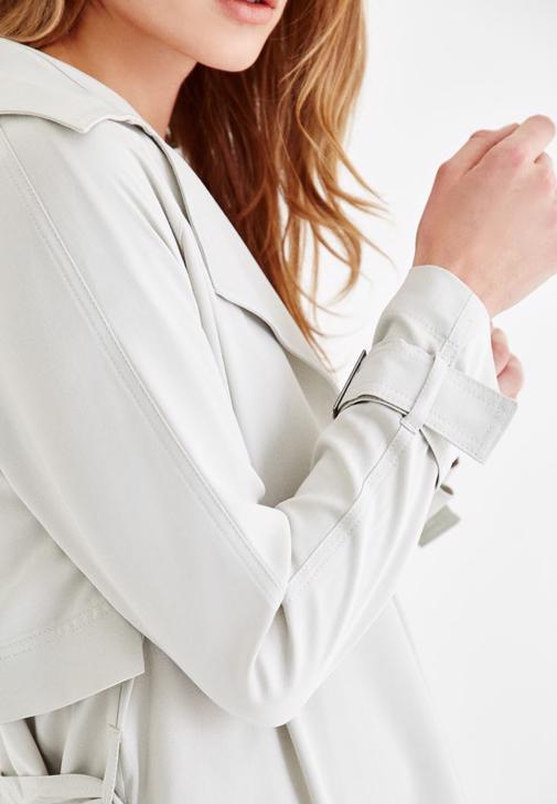Trençkot ve Beyaz Pantolon Kombini