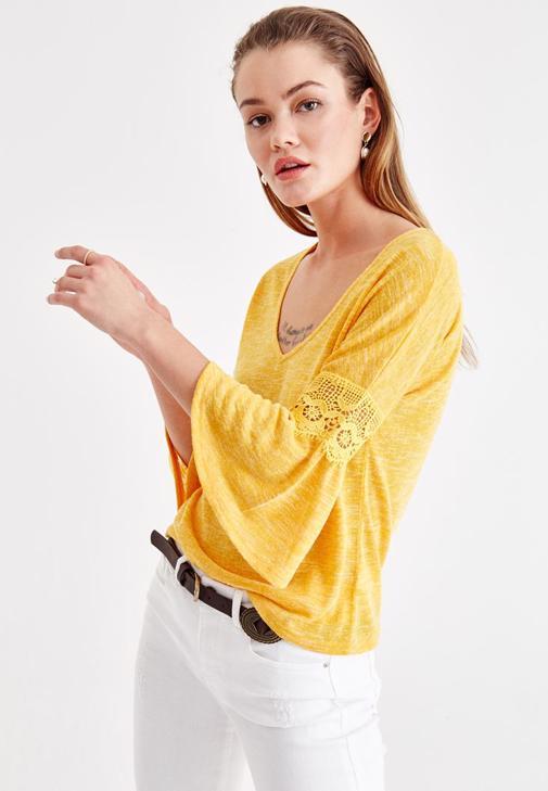 Dantel Detaylı Bluz ve Denim Etek Kombini