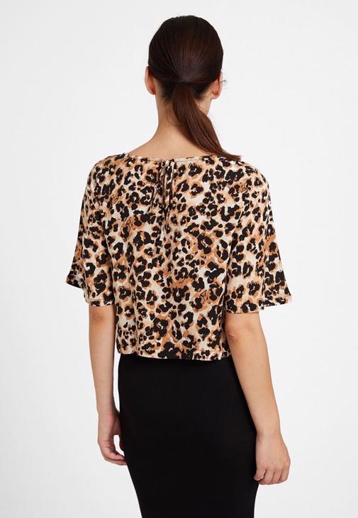 Leopar Desenli Bluz ve Siyah Etek Kombini