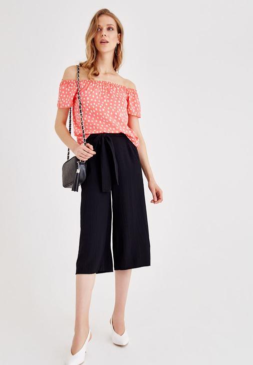 Puantiyeli Bluz ve Siyah Bol Pantolon Kombini