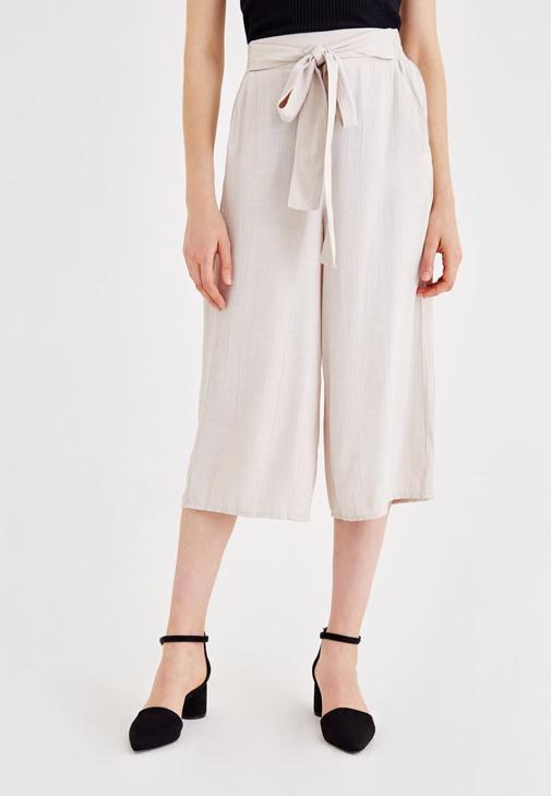 Siyah Askılı Bluz ve Bol Pantolon Kombini